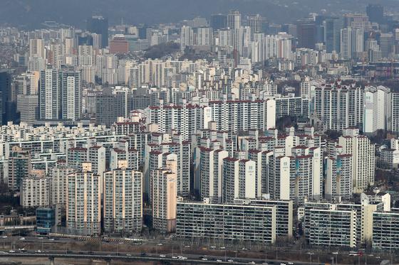 올해 아파트 공시가격이 많이 오르며 공시가 9억원 초과 종부세 대상이 급증할 전망이다. 사진은 서울 아파트. 뉴스1