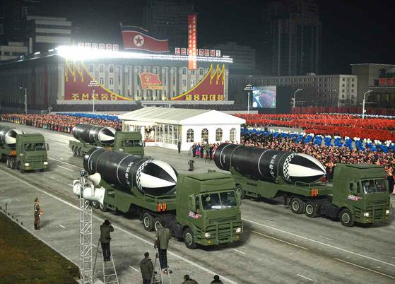 북한이 제8차 노동당 대회를 기념하는 군 열병식을 지난 1월 14일 야간에 평양 김일성광장에서 진행하고 있다. 북한은 신형으로 추정되는 잠수함발사탄도미사일(SLBM) '북극성-5ㅅ'을 공개했다. [뉴스1]