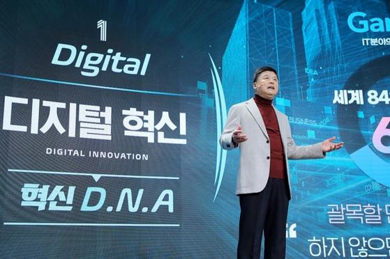 권광석 우리은행장이 상반기 경영전략회의에서 디지털 혁신을 강조했다. 권 행장은 이날 윤호영 카카오뱅크 대표를 초빙해 강연을 듣기도 했다.