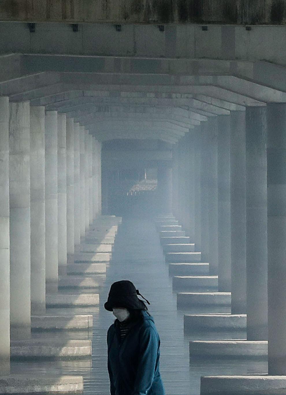 수도권에 올봄 첫 미세먼지 비상저감조치가 시행된 11일 한 시민이 서울 여의도 한강공원을 걷고 있다. 마포대교 교각 아래가 미세먼지로 뿌옇다. 김성룡 기자