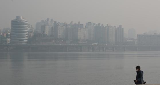 서울 마포대교 인근에서 바라본 한강과 용산 일대가 안개와 미세먼지 등으로 뿌옇게 보인다. 연합뉴스