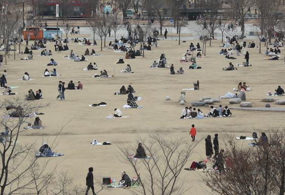 지난달 28일 오후 서울 여의도 한강공원을 찾은 시민들이 휴식을 취하고 있다. 뉴스1