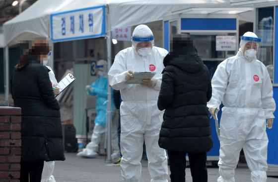 신종 코로나바이러스 감염증(코로나19)이 확산하고 있는 가운데 8일 대전의 한 보건소 코로나19 선별진료소에서 의료진들이 방문한 시민들을 대상으로 검사를 진행하고 있다. [프리랜서 김성태]