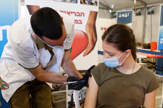 이스라엘 군인이 코로나19 백신을 접종받고 있다. [AFP=연합뉴스]