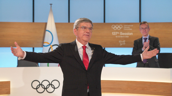 바흐 IOC 위원장이 10일 연임이 확정된 후 IOC 위원들에게 감사인사를 하고 있다. [AFP=연합뉴스]