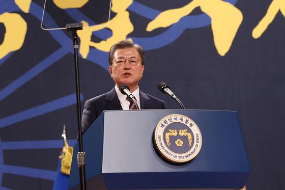 문재인 대통령이 12일 오후 충남 아산시 경찰대학에서 열린 신임 경찰 경위·경감 임용식에 참석, 축사하고 있다. 연합뉴스