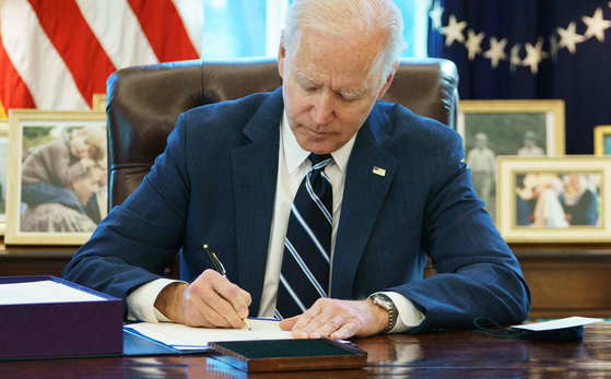 조 바이든 미국 대통령이 11일(현지시간) 백악관에서 미국 구제계획 법안에 서명하고 있다.[AFP=연합뉴스]