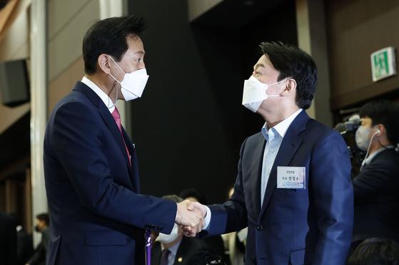 '고성 오간'안철수와 오세훈, 통일 협상 … 공연없는 붕괴