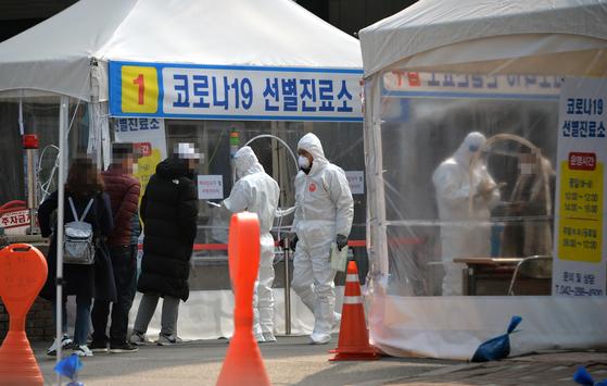 신종 코로나바이러스 감염증(코로나19) 선별진료소에서 의료진들이 방문한 시민들을 대상으로 검사를 진행하고 있다. [프리랜서 김성태]