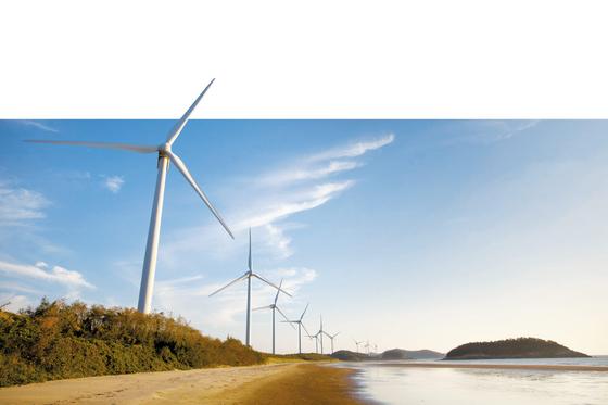 포스코에너지는 우수한 풍황자원을 보유하고 있는 전남 신안군 일대에 대규모 육상 및 해상 풍력사업을 추진하며 정부의 '재생에너지 3020' 정책도 적극적으로 이행하고 있다. 신안군 자은도 일대에 설치된 육상 풍력발전소 전경. [사진 포스코에너지]