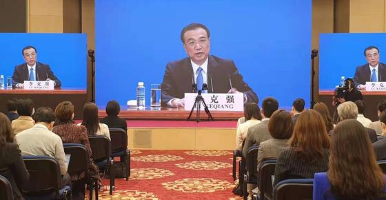 리커창 중국 총리가 11일 베이징에서 열린 전국인민대표대회(전인대) 기자회견에서 각종 현안에 대한 기자들의 질문에 답변하고 있다. 연합뉴스