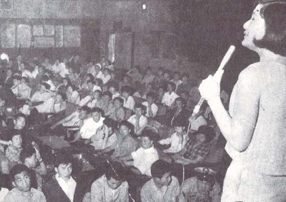 1960년대 후반 음악다방 쎄시봉의 공연 장면. [사진 한국대중가요연구소]