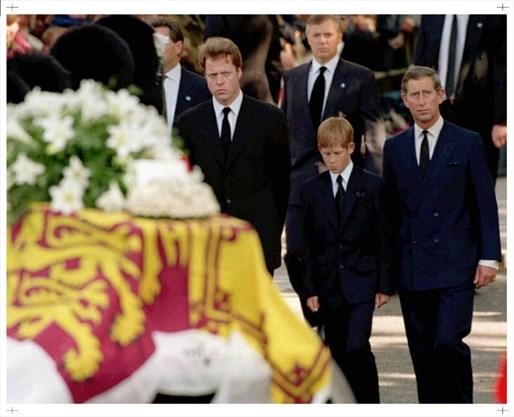1997년 9월 6일 다이애나 스펜서의 장례식. 다이애나의 동생 찰스 스펜서 경과 당시 12세였던 해리 왕자, 다이애나의 전 남편인 찰스 왕세자가 나란히 서있다. [BBC]