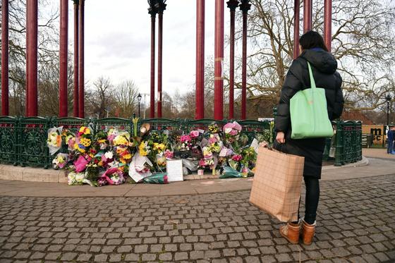 Una mujer en Londres, Inglaterra, conmemora a Sarah Everard, de 33 años, una mujer encontrada muerta después de que desapareció en su camino a casa.