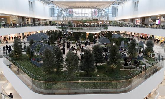 연휴인 지난 1일 오후 서울 여의도 '더현대 서울'이 쇼핑을 즐기는 시민들로 붐비고 있다. 방역당국은 수도권 2단계, 비수도권 1.5단계인 사회적 거리두기를 이날부터 14일까지 2주간 추가로 연장했다. 뉴스1