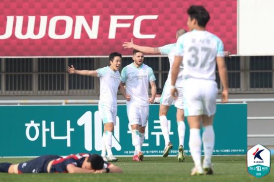 수원FC가 개막 4경기 무승 부진에 빠졌다. 반면 성남은 시즌 첫 2연승을 달렸다. [사진 프로축구연맹]
