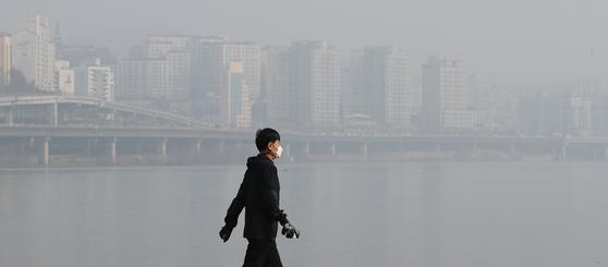 미세먼지 농도가 '나쁨' 수준을 보인 14일 서울 잠수교 인근 한강공원에서 한 시민이 산책을 하고 있다. 뉴스1