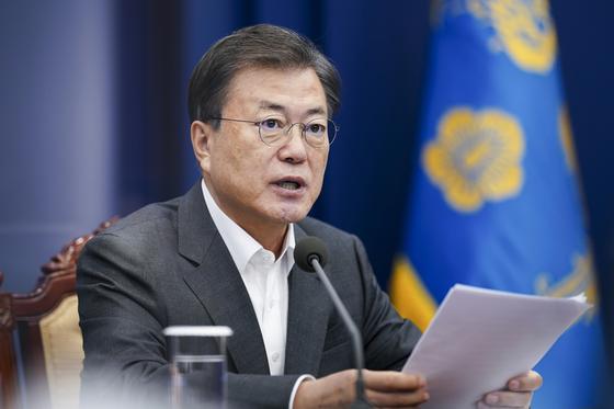 문재인 대통령이 15일 청와대에서 열린 수석·보좌관 회의에 참석, 모두발언을 하고 있다. 청와대사진기자단