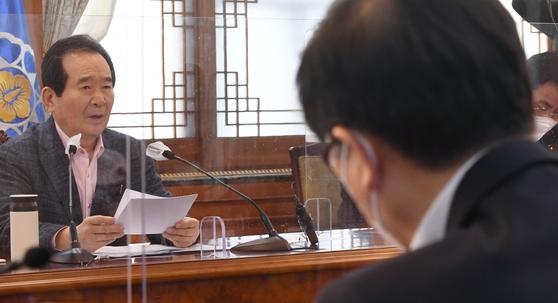 정세균 국무총리가 14일 오후 서울 종로구 정부서울청사에서 열린 'LH 후속조치 관계장관회의'에서 발언하는 내용을 변창흠 국토교통부장관(오른쪽)이 듣고 있다. 장진영 기자