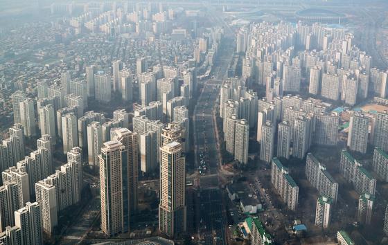 올해 아파트 등 공동주택 공시가격이 2007년 이후 최고 상승률을 기록했다. 서울도 20%가량 급등했다. 사진은 서울 송파구 아파트 모습. 연합뉴스