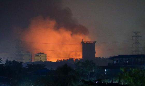 지난 14일 미얀마 양곤 교외에 위치한 중국계 공장이 불길에 휩싸인 모습 [EPA=연합뉴스]