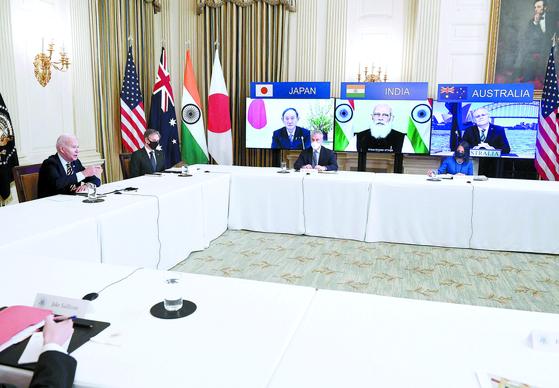 미국의 조 바이든 대통령과 토니 블링컨 국무부 장관(왼쪽부터)이 지난 12일 백악관에서 쿼드 화상회의를 하고 있다. 화면 왼쪽부터 스가 요시히데 일본 총리, 나렌드라 모디 인도 총리, 스콧 모리슨 호주 총리. [AFP=연합뉴스]