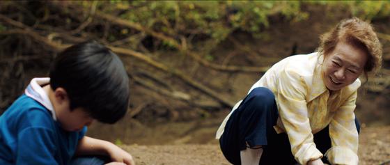 영화에서 손자 데이빗(앨런 김·왼쪽부터)의 병까지 품어안는 순자(윤여정)는 가족에게 심은 곳의 흙을 정화하는 미나리 같은 존재다. [사진 판씨네마]