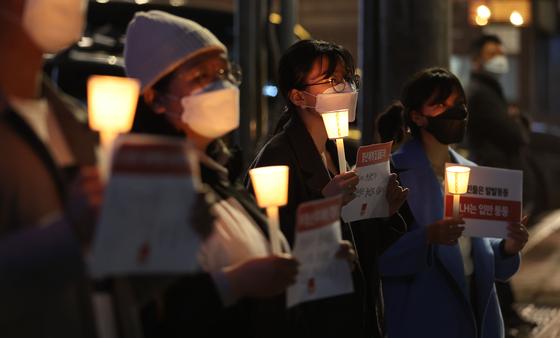 """""""우리가 임대하기 전에 LH가 추측하기 전에""""화난 청년들이 촛불을 들었습니다."""