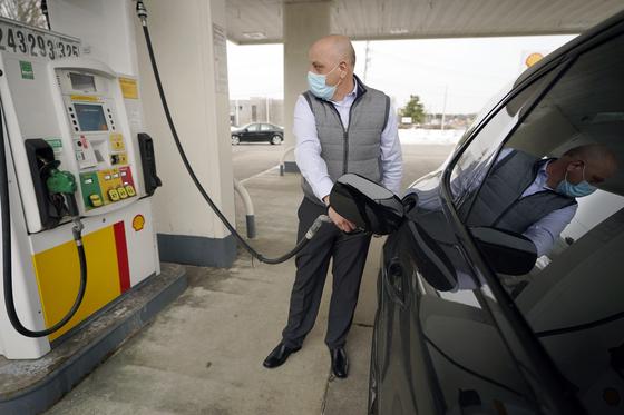 최근 미국 텍사스 주에 불어 닥친 기록적인 한파로 휘발유를 중심으로 석유 제품 재고가 급감했다. 사진은 미국의 한 주유소에서 휘발유를 넣고 있는 장면. [AP=연합뉴스]