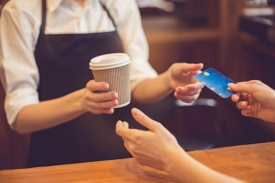 코로나도 결제 수단을 바꿨다 … 16 년 만에 비 대면 결제 증가, 신용 카드 사용량 감소