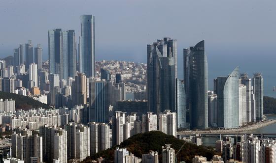 16일 열람을 시작한 올해 공동주택 공시가격안에 따르면 부산 해운대 30평대 아파트 공시가격이 9억원을 넘어선다. 사진은 해운대 일대 아파트. 연합뉴스