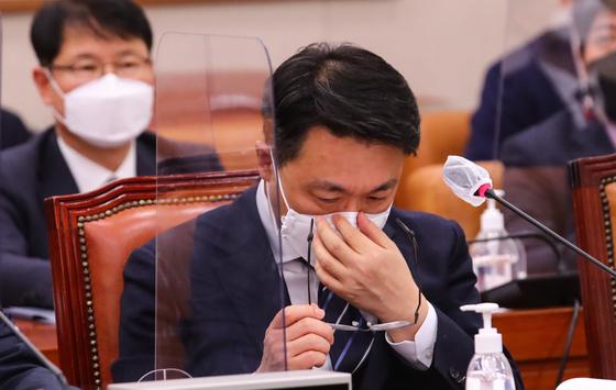 김진욱 고위공직자범죄수사처장이 16일 국회에서 열린 법제사법위원회 전체회의에 참석해 안경을 고쳐쓰고 있다. 뉴스1