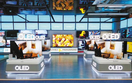 LG디스플레이는 OLED를 시장 판도를 바꿀 게임 체인저로 선정해 역량을 집중하고 있다. 또 OLED의 강점을 살린 프리미엄 제품 판매를 높여가고 있다. 사진은 독일 베를린 자툰 매장에 마련된 OLED TV 공용존 전경. [사진 LG디스플레이]