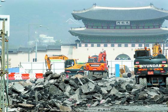 14일 서울 광화문광장에서 중장비를 동원한 공사가 진행되고 있다. 서울시는 지난 6일부터 광화문광장 재구조화 사업의 일환으로 동쪽 도로를 넓히고 서쪽 도로를 폐쇄했다. 장진영 기자