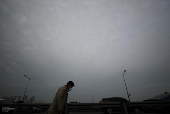 수도권 지역에 미세먼지 비상저감조치가 발령된 15일 오후 서울 영동대교에서 바라본 서울 도심 하늘이 뿌옇다. 기상청은 중국 내륙에서 발원한 황사가 오는 16일 새벽 국내에 유입돼 16~17일 전국이 황사의 영향을 받을 것으로 예상했다. 뉴스1