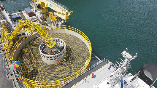 LS전선은 해저 케이블의 노하우를 활용해 국내 최초로 22.9kV급 수중 케이블과 태양광 전용 DC 케이블 등을 개발해 국내 30여 곳의 태양광발전소에 공급했다. LS전선의 해저 케이블이 동해항에서 선적되고 있다. [사진 LS전선]