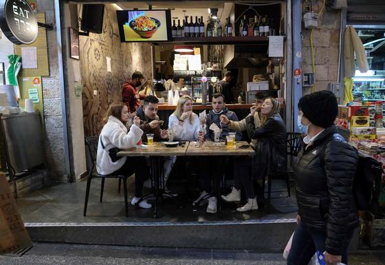 지난 11일 이스라엘 당국이 그린 패스 소지자에게 이용을 허용한 식당에서 음식을 먹는 사람들. [AFP=연합뉴스]