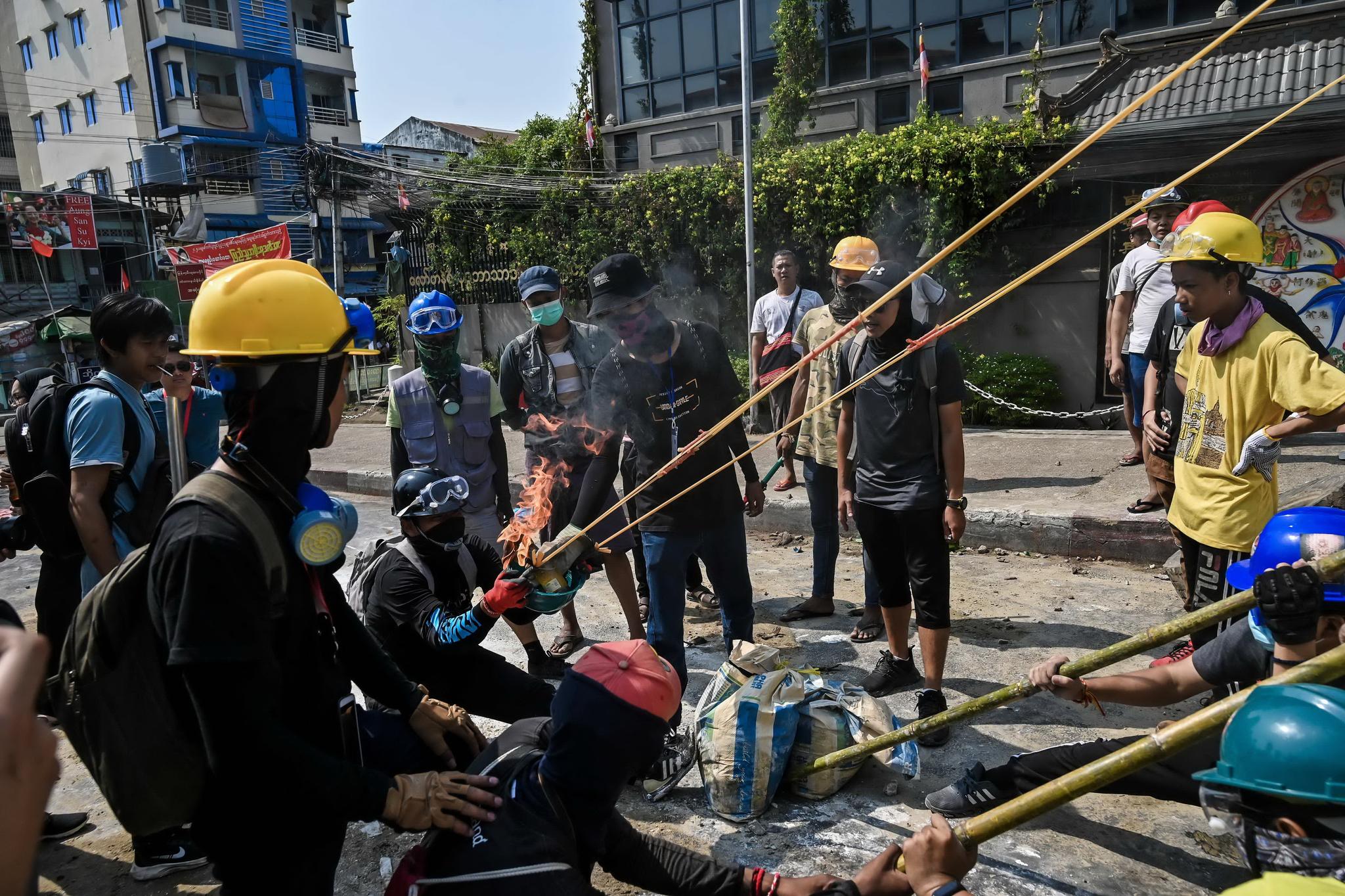 미얀마 군부는 총을 난사하지만 시민은 새총을 쏜다. 16일(현지시간) 미얀마 양곤 시민들이 대형 새총을 제작해 시험하고 있다. AFP=연합뉴스