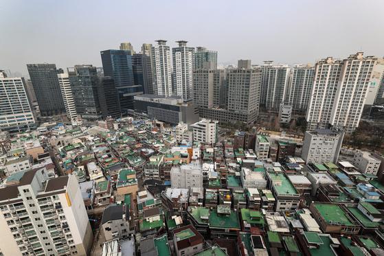 올해 공동주택 공시가격이 20%가량 오를 예정이어서 고가주택 종부세가 크게 늘어난다. 특히 2중으로 다주택자 규제를 받는 데다 세부담 상한까지 풀리는 2주택 공동소유 부부의 종부세가 급증할 전망이다. 연합뉴스