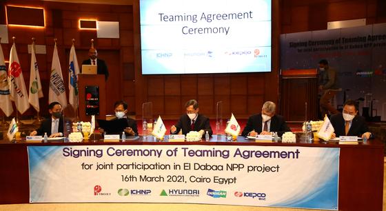 정재훈 한국수력원자력 사장(가운데)이 현지시간 16일 이집트 카이로 페트로젯(Petrojet) 본사에서 협력합의서에 서명하고 있다. 한국수력원자력
