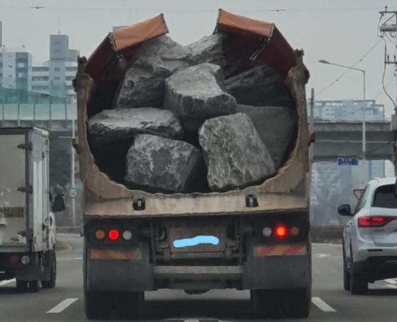 """""""출근길의 예비 살인자""""… 큰 바위를 실은 덤프 트럭이 잡혔다"""