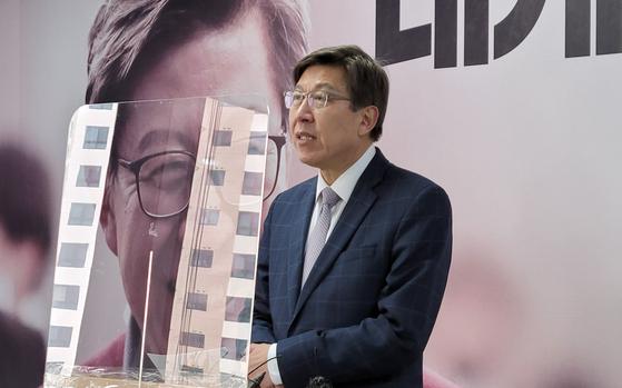 박형준 국민의힘 부산시장 후보가 15일 오후 후보 사무실에서 엘시티 아파트 매매 관련 기자회견을 하고 있다. 연합뉴스