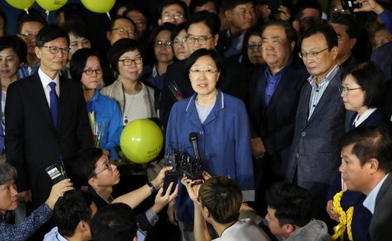 2017년 8월 2년의 형기를 마치고 출소하는 한 전 총리의 모습. 이해찬 당시 민주당 대표(오른쪽 둘째)와 문희상 전 국회의장 등이 교도소로 나가 한 전 총리를 맞았다. 우상조 기자
