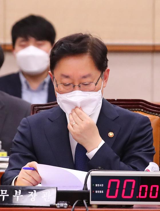 박범계 법무부 장관이 16일 국회에서 열린 법제사법위원회 전체회의에 참석해 마스크를 만지고 있다. 오종택 기자