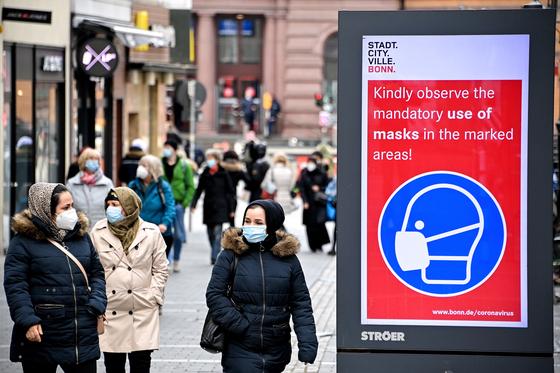 독일 본에서 거리를 산책하는 시민들. EPA=연합뉴스