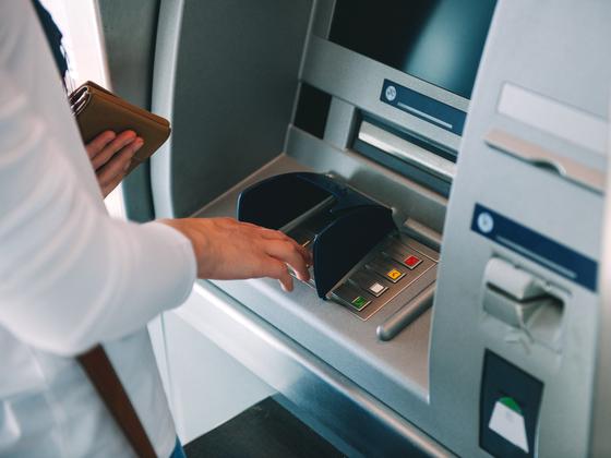 지난해 7개 전업 카드사의 카드론 잔액이 1년 사이 10% 늘어나 32조원을 넘어섰다. 셔터스톡