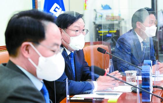 김태년 더불어민주당 대표 직무대행(왼쪽 둘째)이 16일 국회에서 기자간담회를 하고 있다. 오종택 기자