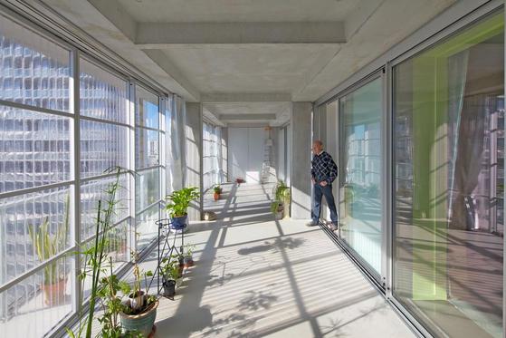 2017년 리모델링된 1960년대 아파트. 530세대가 퇴거하지 않고 개조됐으며, 입주민은 넓고 채광 좋은 테라스를 얻었다. [사진 하얏트재단]