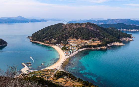 경남 통영 비진도 미인전망대에서 내려다본 섬의 모습. 북쪽 내항마을과 남쪽 외항마을이 가느다란 모래사장으로 이어져 있다.