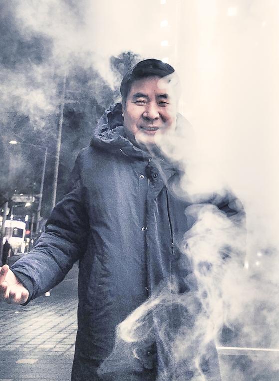 『만두』를 출간한 박정배 음식평론가. 만두 찜통 앞에서 포즈를 취했다. 권혁재 사진전문기자